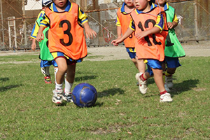 サッカーをする子供
