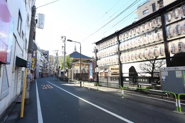 江戸六地蔵尊眞性寺沿いを通り、突き当りを右折し、次の信号を左折します